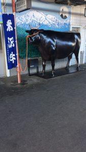 米沢駅の牛