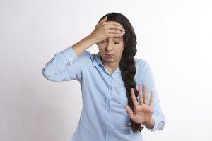 首や頭の痛みで困った女性