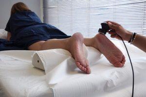 怪我のリハビリを受ける女性