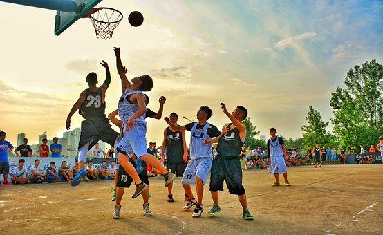 バスケをする子どもたち