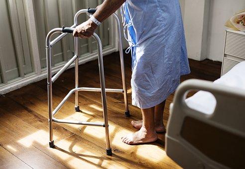 足の痛みがある女性