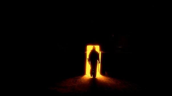 扉をくぐる男性