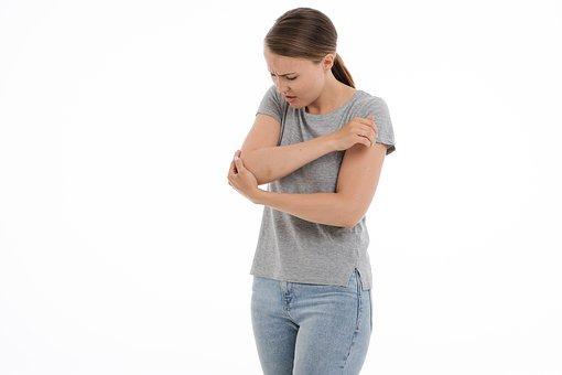 肘をケガした女性
