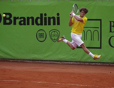 テニスをしている男性