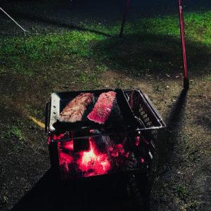 ステーキを焼いている