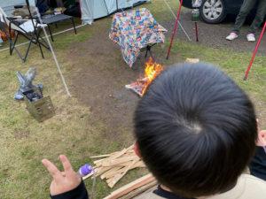 キャンプ中の男の子