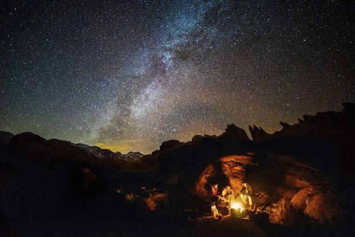 キャンプで焚き火をしている